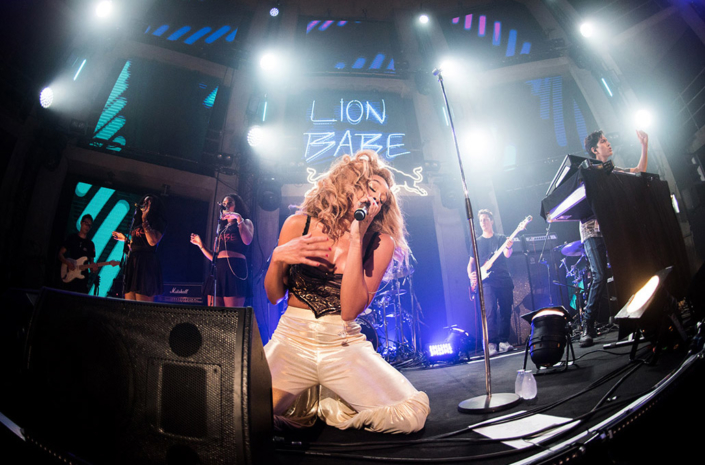 Jillian Hervey of Lion Babe photographed live by Marcus Maschwitz
