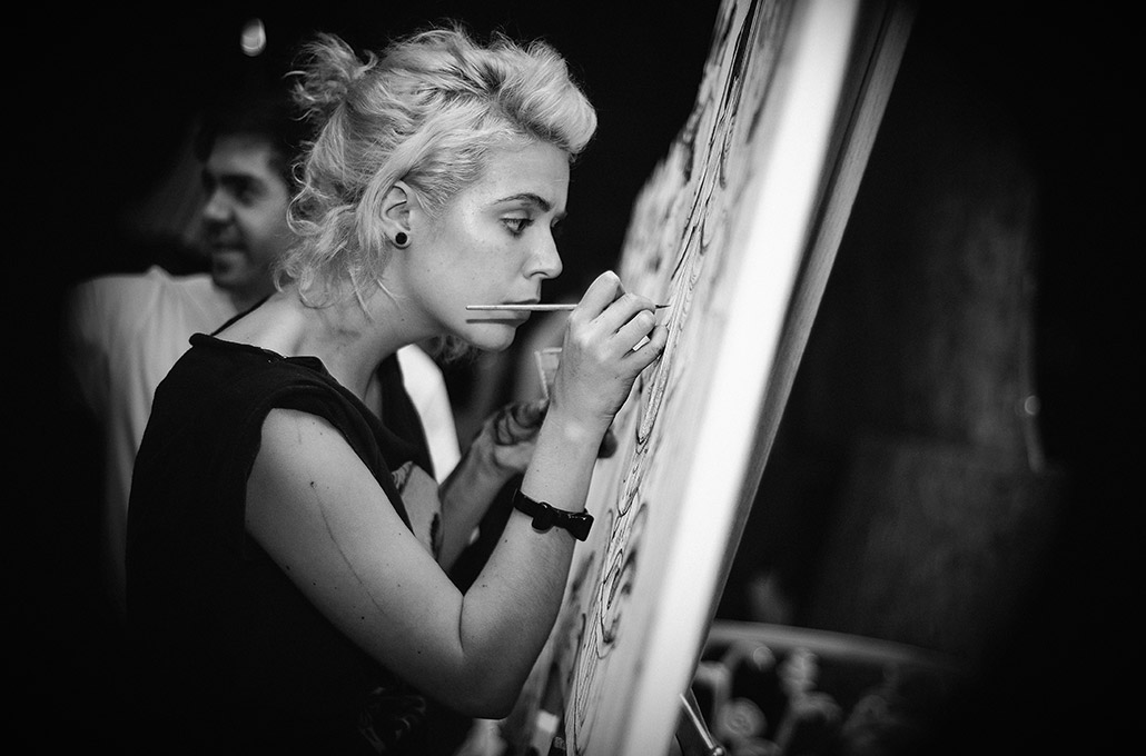 Alice Edy painting in London photographed by Marcus Maschwitz