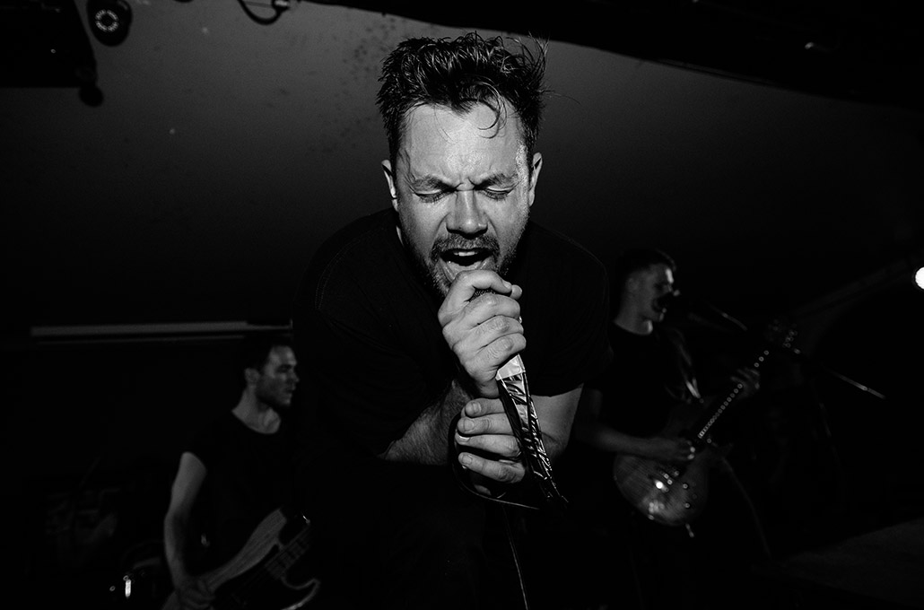 Gavin Butler of The Blackout singing up close photographed by Marcus Maschwitz