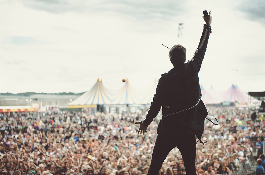 Gustav Wood of Young Guns on stage at Reading Festival main stage photographed by Marcus Maschwitz