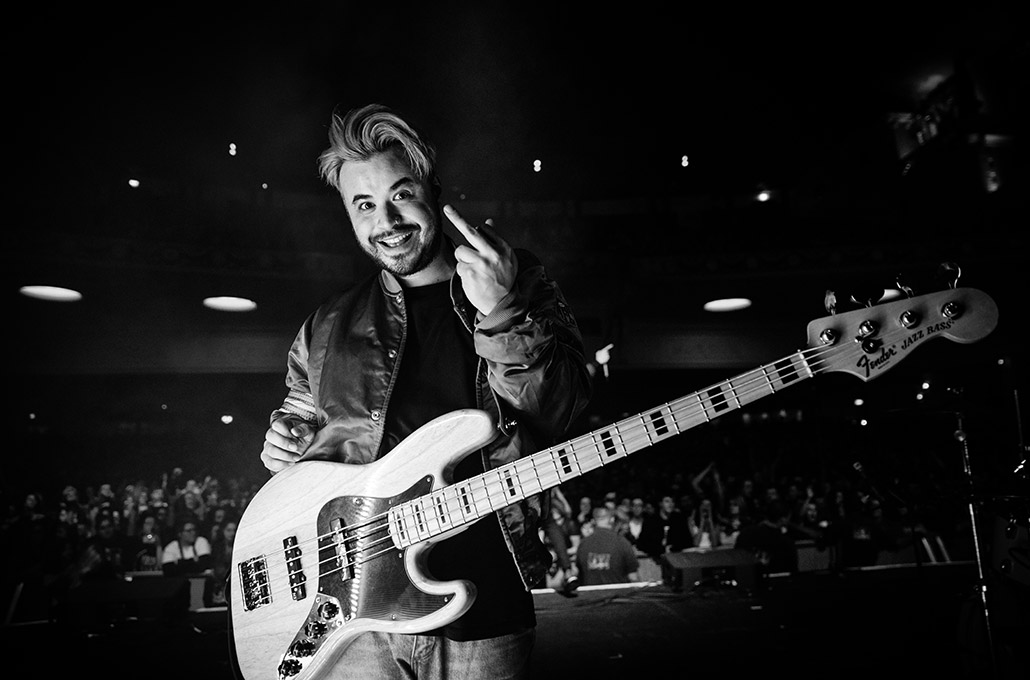 Simon Mitchell of Young Guns saying hi on stage photographed by Marcus Maschwitz